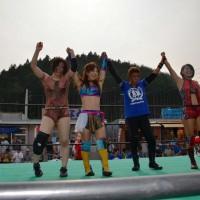 3対3の6人タッグを制した藤田あかね選手、藤本つかさ選手、志田光選手(左から)