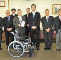 関西遊商が福祉協議会に車イス40台を寄贈