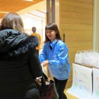 「風とロックCARAVAN福島」でお菓子をプレゼント。ニラク 県内59市町村を巡るトーク&音楽イベント。ニラクは、地域の魅力発信を応援しています。